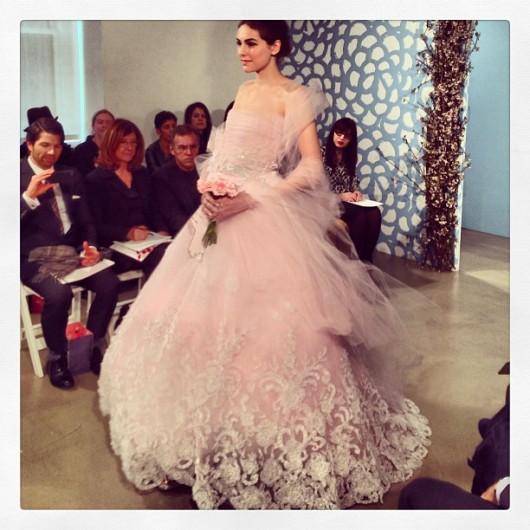 abito da sposa rosa Oscar de la Renta Spring 2014 foto camilletrussler on Instagram