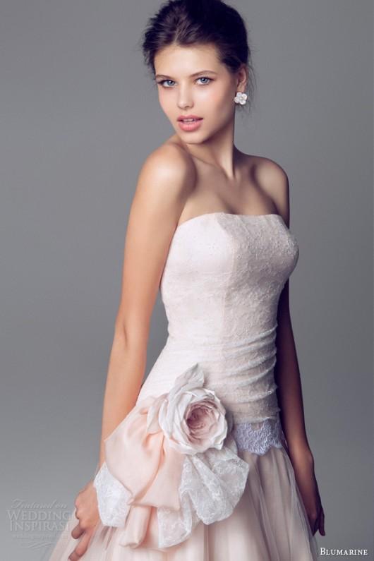 b484e00f9011 Delicata come un fiore la sposa Blumarine 2014 in rosa e bianco