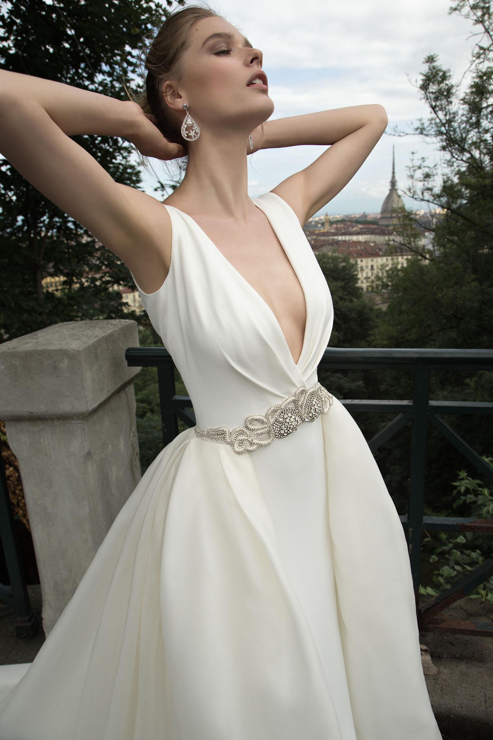 La collezione comprende diversi abiti da sposa ... 592a080f9bc