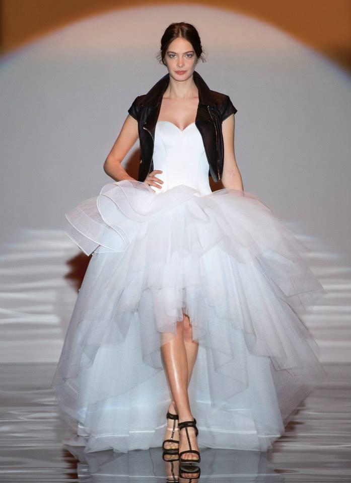 a1ced3c4643e Cominciamo a vedere abiti da sposa senza tempo dalle linee pulite in  tessuti preziosi.