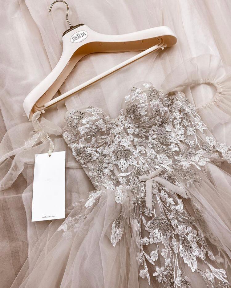 abito da sposa con ricami floreali Muse Berta 2021