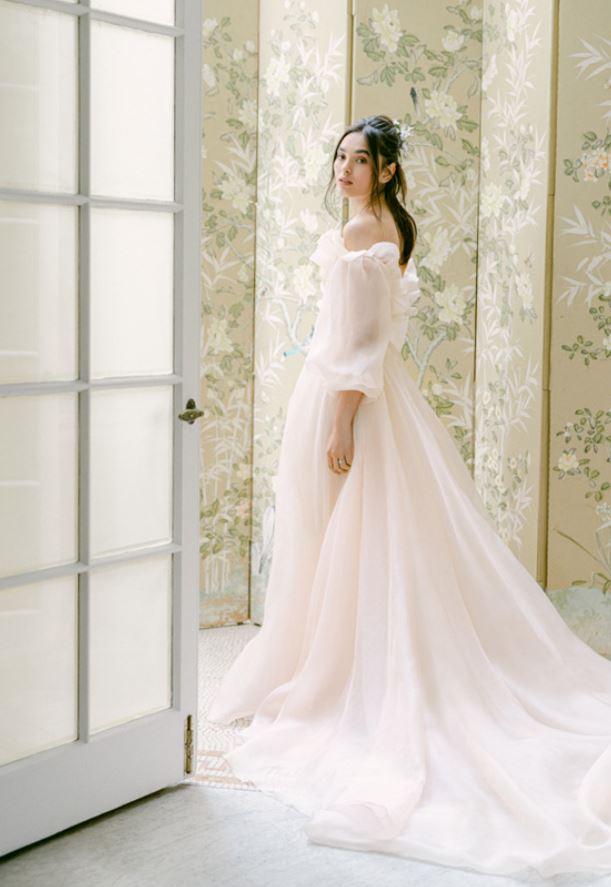 abito da sposa con scollo a barchetta Monique Lhuillier Fall 2021