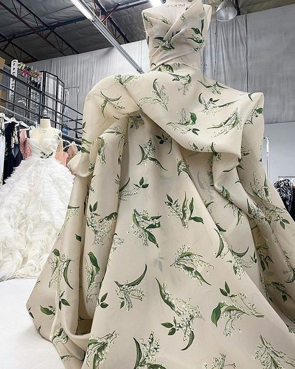 abito da sposa a stampa floreale Monique Lhuillier Fall 2021