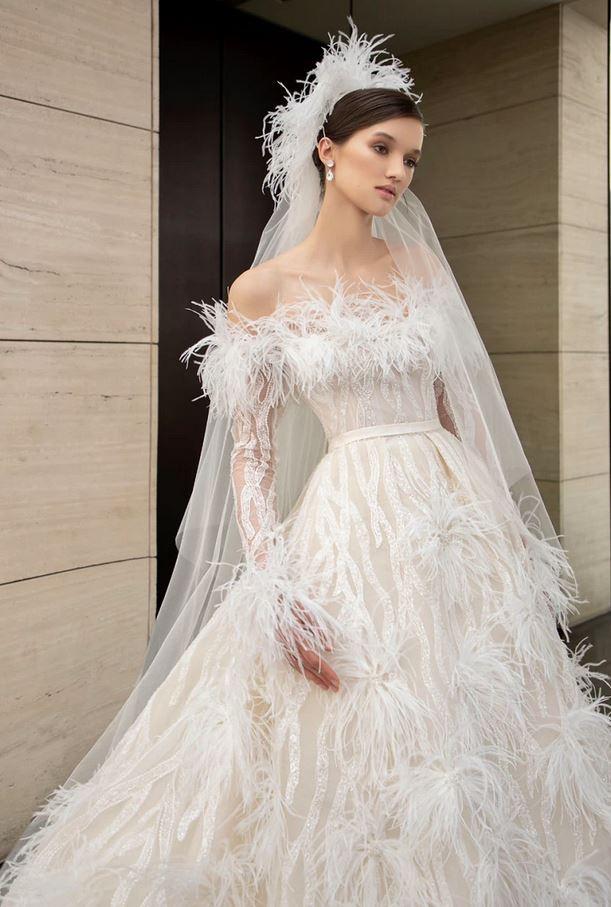 abito e velo da sposa con piume