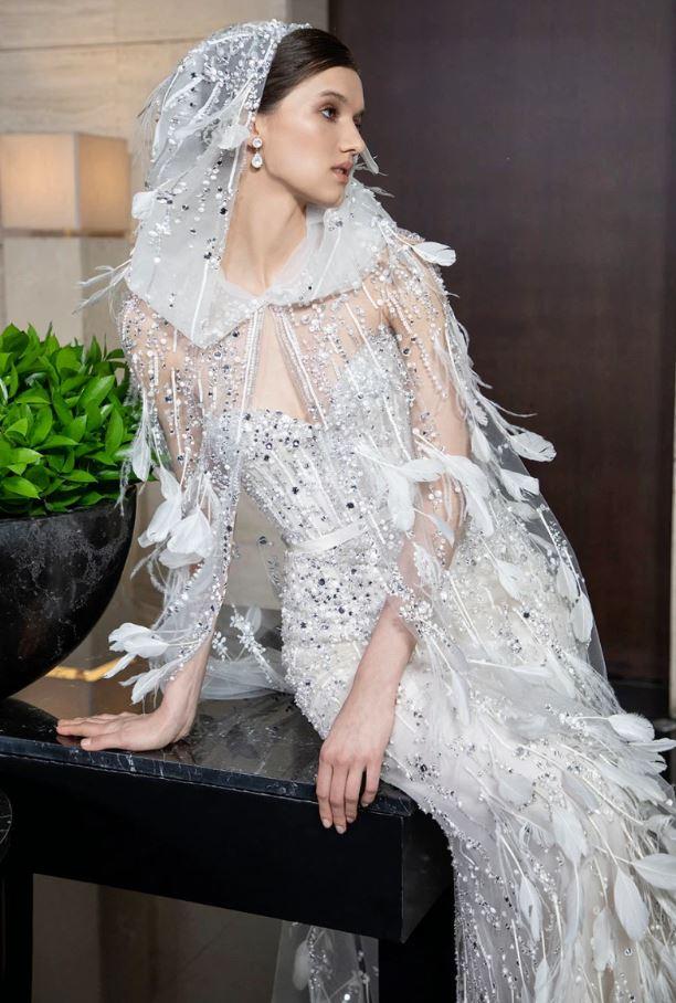 abito e mantella da sposa con piume