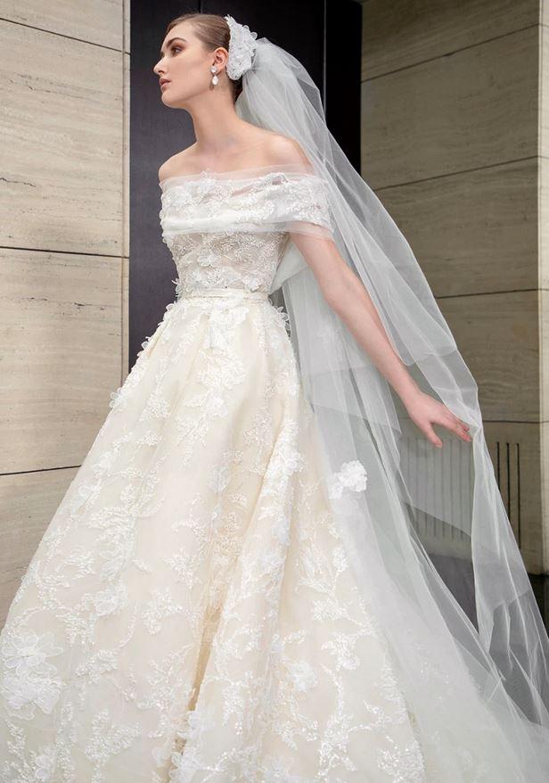 abito da sposa con ricami floreali 3D