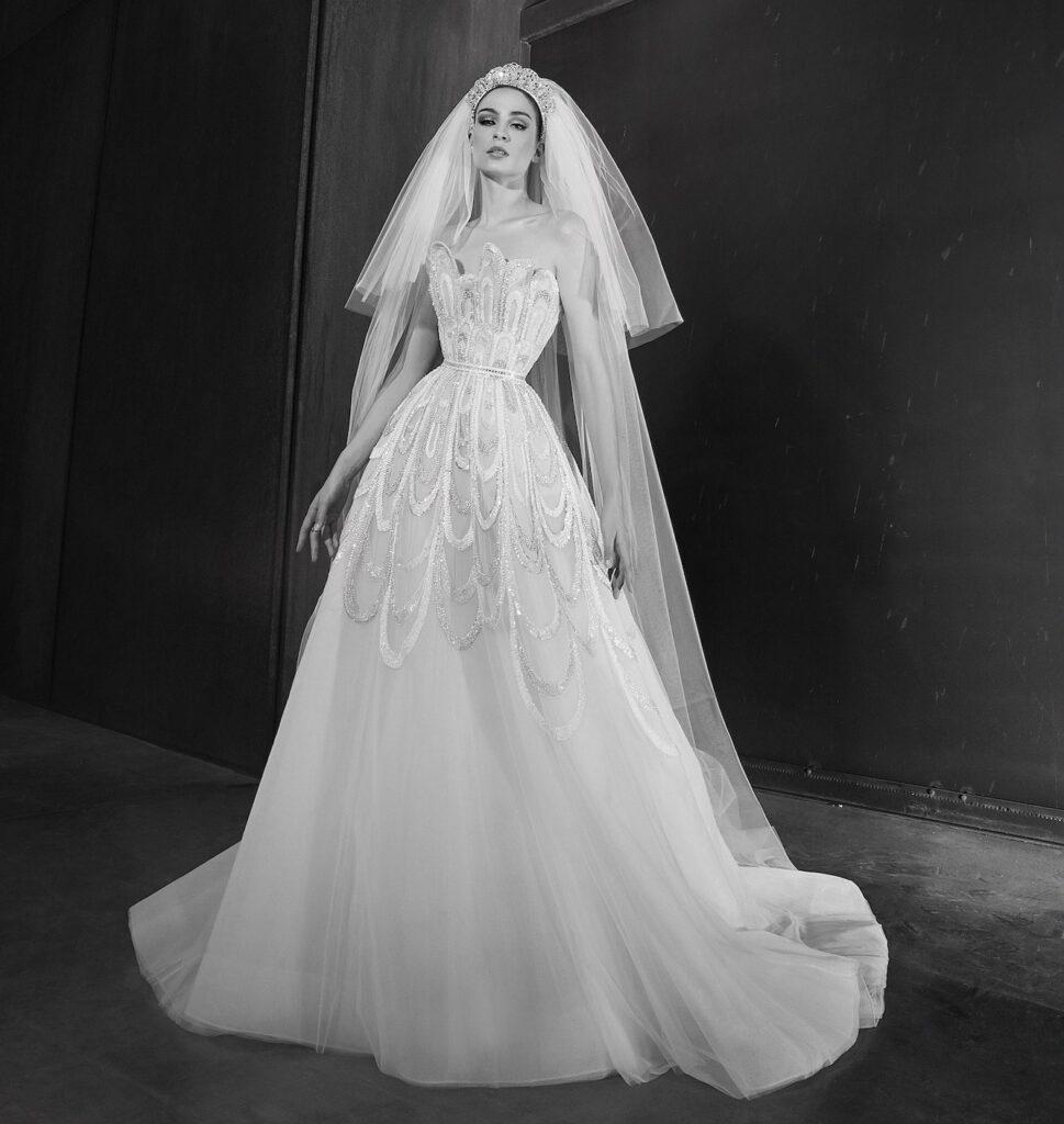 abito da sposa ricamato con velo Zuhair Murad Spring 2022