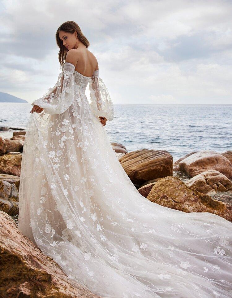 abito da sposa con ricami floreali Ines di Ines di Santo Spring 2022 Alexis