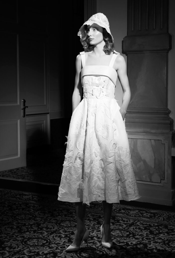abito da sposa tea-length con fiori Viktor and Rolf Mariage_Spring 2022
