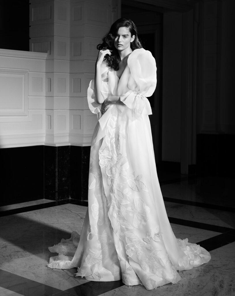 abito da sposa con fiori in organza Viktor and Rolf Mariage_Spring 2022
